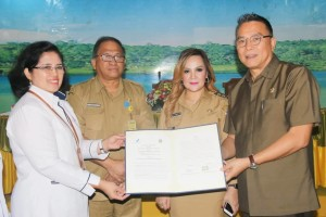 Wali Kota, Wakil wali Kota, Sekkot dan Kepala Balai Besar POM Manado usai penandatanganan