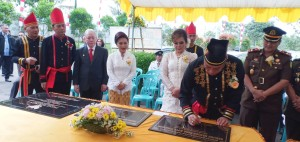 Wali Kota menandatangani prasasti