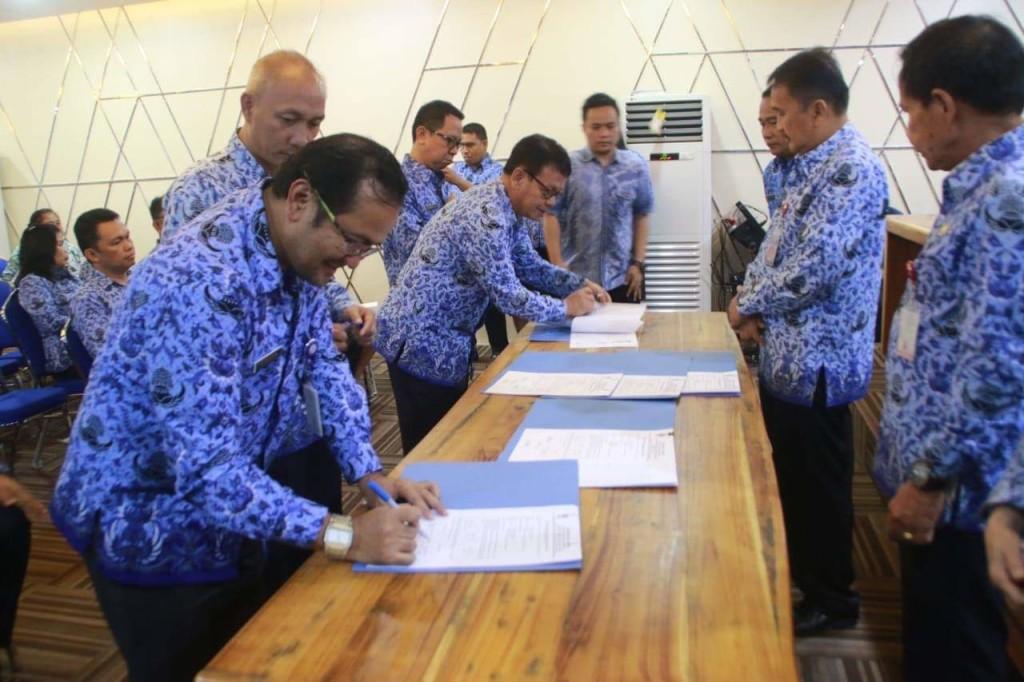 Sekda Micler Lakat Pimpin Acara Sertijab Kepala Bagian se-Setda Kota Manado