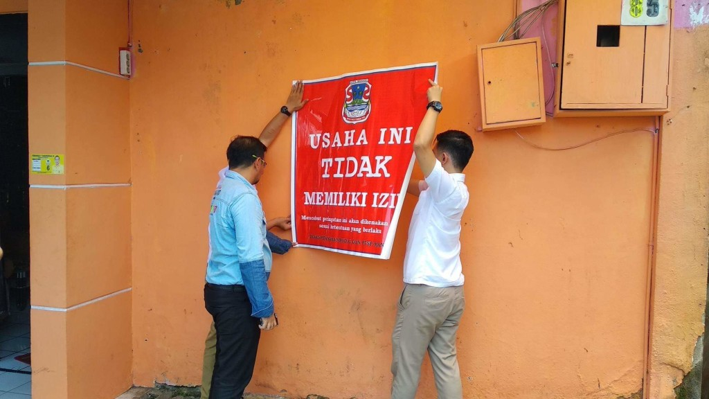 Dinas PM-PTSP 'Ciduk' Sejumlah Tempat Usaha Tidak Berizin di Kota Manado