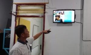 Dirum Oke Ching Sumual menunjukkan monitor update keuangan PD Pasar (foto: Donwu)