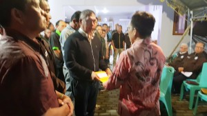 Pnt Ir SBANL MAP menyerahkan SK kepada Ketua Tim Kerja Drs Tommy Kaunang