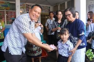 Wali Kota Tomohon Jimmy F Eman SE Ak menyerahkan Kartu Identitas Anak