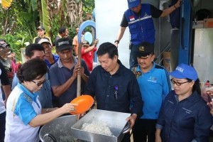 Ketika Wali Kota Manado Turut Menyiapkan Makanan Untuk Korban Banjir