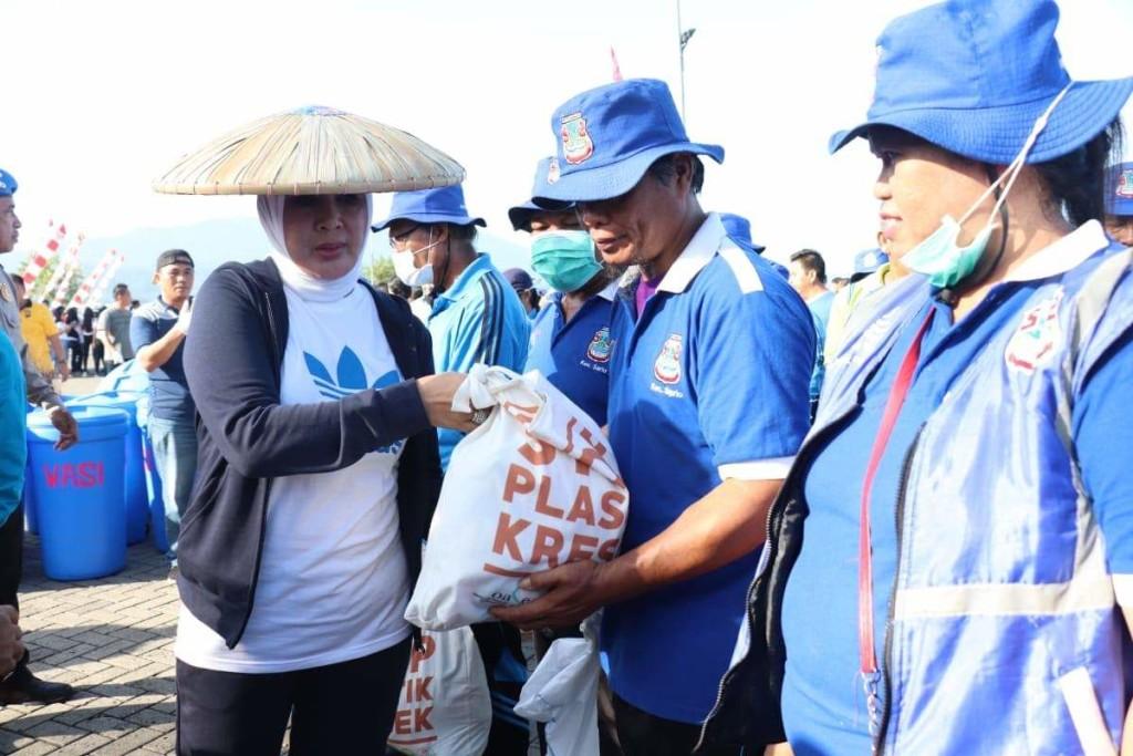 Ny. Tri Tito Karnavian Serahkan Bantuan Kepada Ratusan Petugas Kebersihan di Kota Manado