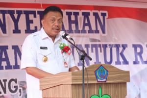 Olly Serahkan 1.313 Sertipikat PTSL di Minahasa Utara