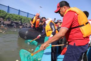 Gubernur Sulut Angkat Sampah di Muara Jengki