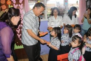 Wali Kota Tomohon Jimmy F Eman SE Ak membagikan coklat