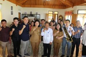 Pemkot Tomohon foto bersama  peserta kegiatan