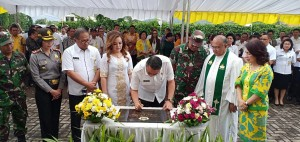 Wali Kota Jimmy F Eman SE Ak menandatangani prasasti GOR Babe Palar