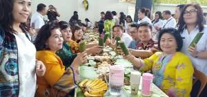 Syukuran tiga tahun kepemimpinan JFE-SAS dan HUT ke-52 Wali Kota Jimmy F Eman SE Ak, makan di daun dengan nuansa budaya