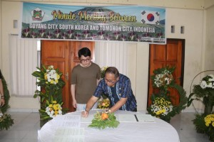 Sekretaris Kota Ir Harold V Lolowang MSc MTh saat menandatangani MoU
