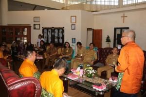 Sekretaris Kabupaten Hulu Sungai Tengah saat memperkenalkan tombongan dan maksud kunjungan ke Tomohon