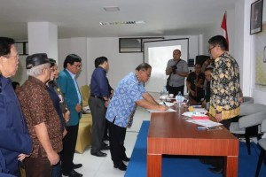 Sekretaris Kota Ir Harold V Lolowang menandatangani berita acara konsultasi publik