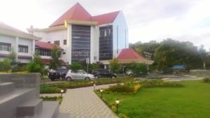Gedung Mal Pelayanan Publik Tomohon yang di depannya ada Taman Kabasaran