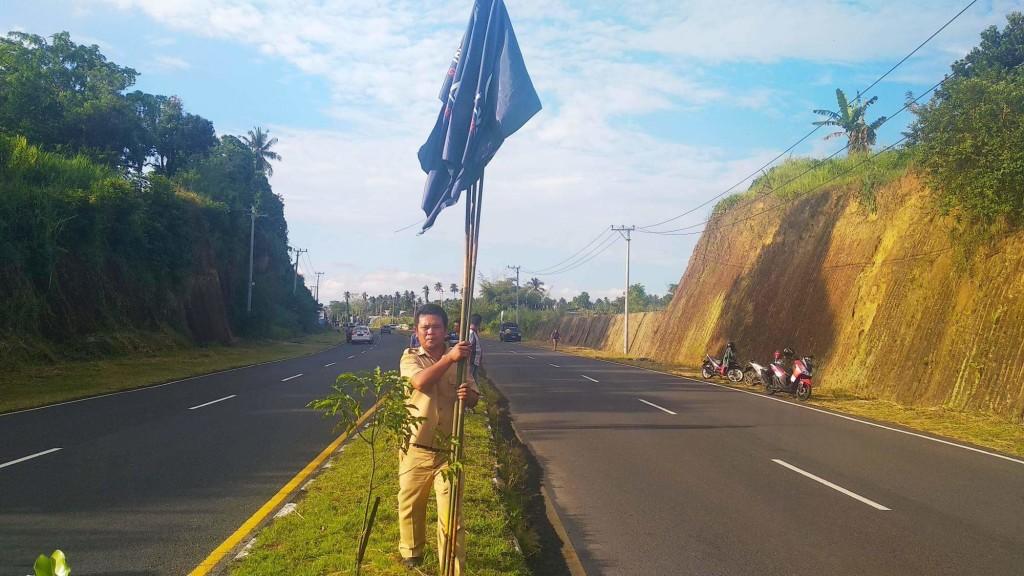 Pemindahan bendera parpol yang tidak pada tempatnya