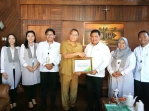 Wali Kota Tomohon menerima penghargaan dari BPJS