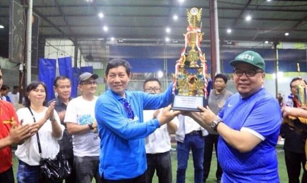Wali Kota Manado, GS Vicky Lumentut saat menyerahkan piala dan uang tunai kepada jawara turnamen futsal IWO tahun 2018 lalu