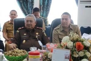Wali Kota Tompohon Jimmy F Eman SE Ak dan Kajati Sulut dalam rapat pematangan