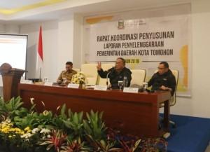 Sekretrais Kota Ir Harold V Lolowang MSc MTh membawakan materi di Rakor LPPD