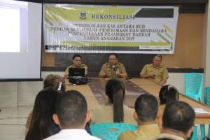 Kepala Badan Pengelola Keuangan, Pendapatan dan Aset Daerah Drs Gerardus Mogi memimpin rekonsiliasi