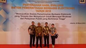 Sekretaris Kota, kadis kominfo bersama staf saat mengikuti kegiatan di Hotel Bidakara Jakarta