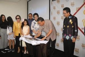 Wali Kota Tomohon menandatangani prasasti peresmian Wise Hotel