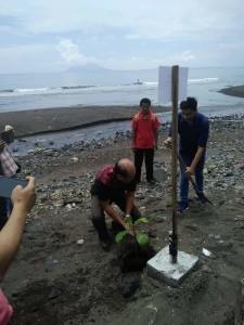 Penanaman bakau oleh Direktur Pokiteknik Negeri Manado