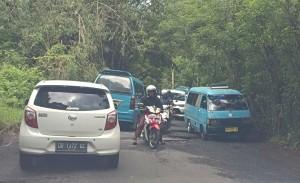 Macet akibat jalan milik provinsi yang rusak di wilayah Tomohon