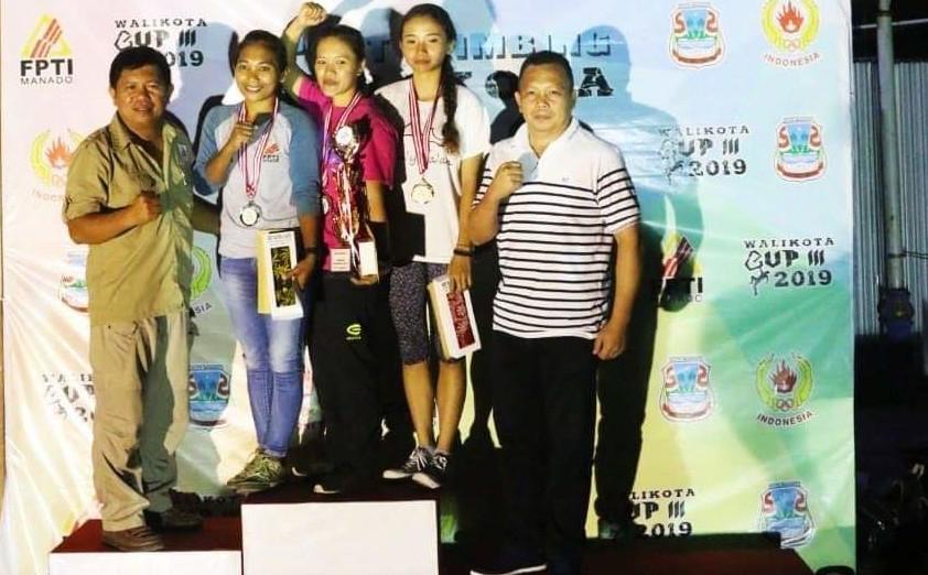 Ketua FPTI Kota Manado (kiri) saat foto bersama para pemenang Sport Climbing Wali Kota Manado Cup III 2019 yang digelar belum lama ini