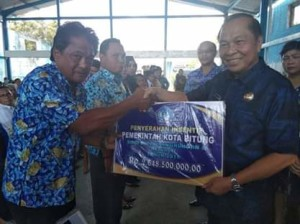 Lomban Serahkan Dana Insentif di Kecamatan Maesa