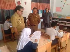 SMP Negeri 1 Bitung, Maurits Mantiri ,Julius Ondang