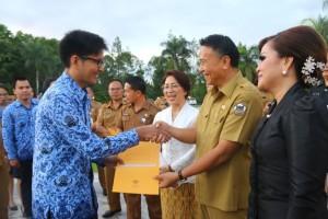 Wali Kota Tomohon Jimmy F Eman SE Ak CA menyerahkan SK 240 CPNS dan 7 SK Pensiun