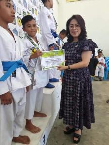 Ketua DPRD Tomohon Ir MIky JL Wenur saat menyerahkan hadiah kepada pemenang lomba