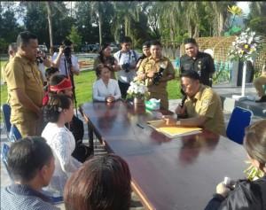 Wali Kota Tomohon melakukan pencatatan dengan dua saksi yakni Ketua DPRD Tomohon Ir Miky JL Wenur MAP dan Wakil wali Kota Tomohon Syerly Adelyn Sompotan