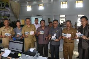 Wali Kota Tomohon bersama para pejabat usai membayar PBB-P2