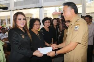 Wali Kota Tomohon Jimmy F Eman SE Ak CA menyerahkan santunan duka kepada Wakil wali Kota Syerly Adelyn Sompotan