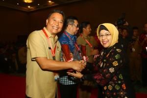 Wali Kota Tomohon saat menerima penghargaan