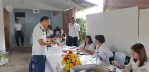 Wali Kota Tomohon Jimmy F Eman SE Ak CA saat menyakurkan hak suaranya di TPS pada Pemilu 17 April