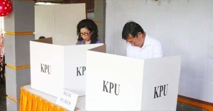 Wali Kota dan Ketua TP PKK Kota Manado Mencoblos di TPS 11 Kelurahan Pakowa