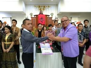 Ketua Panitia Pnt AKBP Thonny Salawati SH menerima SK panitia usai dilantik