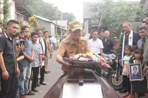 Disela Kesibukan Yang Menumpuk ROR Hadiri Ibadah Pemakaman di Desa Leilem.