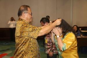 Sekretaris Kota menyematkan tanda peserta IHT