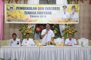 Wali Kota Tomohon Jimmy F Eman SE Ak CA saat menutup kegiatan pembekalan tenaga kontrak