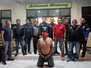 Tim URC bersama tersangka pembuat keributan yang diamankan di kompleks Seminari Kakaskasen