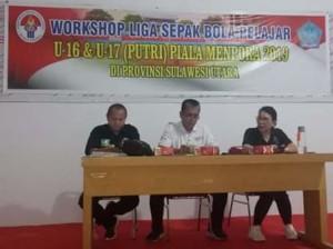 Kabid Pembudayaan Olahraga Dispora Sulut Chres Sondakh bersama ibu Carla Montong saat membuka Sosialisasi LPU 16 Piala Menpora 2019 di Dispora Sulut, Jumat (3/5).