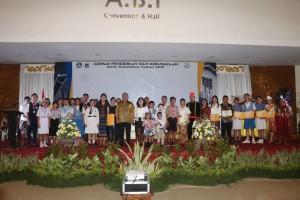 Sekretaris Kota, Kadis Dikbud, Ketua Dharma Wanita Persatuan bersama para pemenang lomba dalam rangka Hardiknas 2019