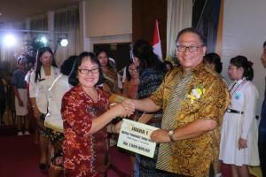 Sekretaris Kota Ir Harold V Lolowang MSc MTh menyerahkan hadiah kepada sekolah pemenang lomba