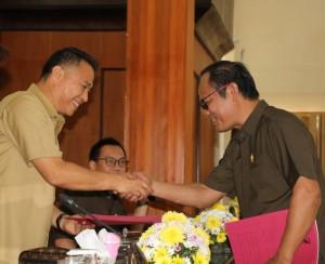 Wali Kota Tomohon menerima hasil pemandnagan umum Fraksi PDIP