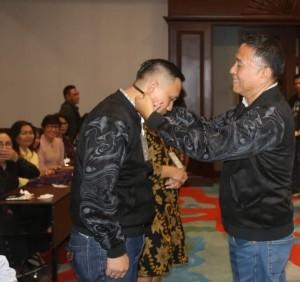 Wali Kota Tomohon menanggalkan tanda peserta LHT